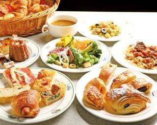 店にある手造りの石窯で焼いたパンは香ばしく、独特の食感が特徴的/緑と風のダーシェンカ 幸田本店