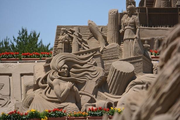 童話の世界を大小さまざまな砂像で表現 2018吹上浜砂の祭典 SAND&FLOWERフェスタ in 南さつま / 5月3日(祝)~27日(日)