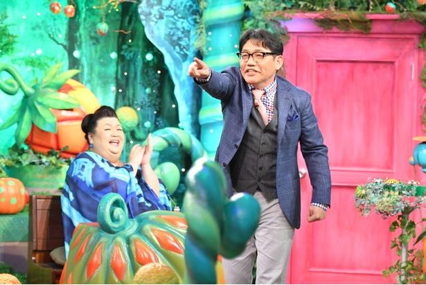 【写真を見る】温厚な飯尾和樹の毒舌トークがさく裂!