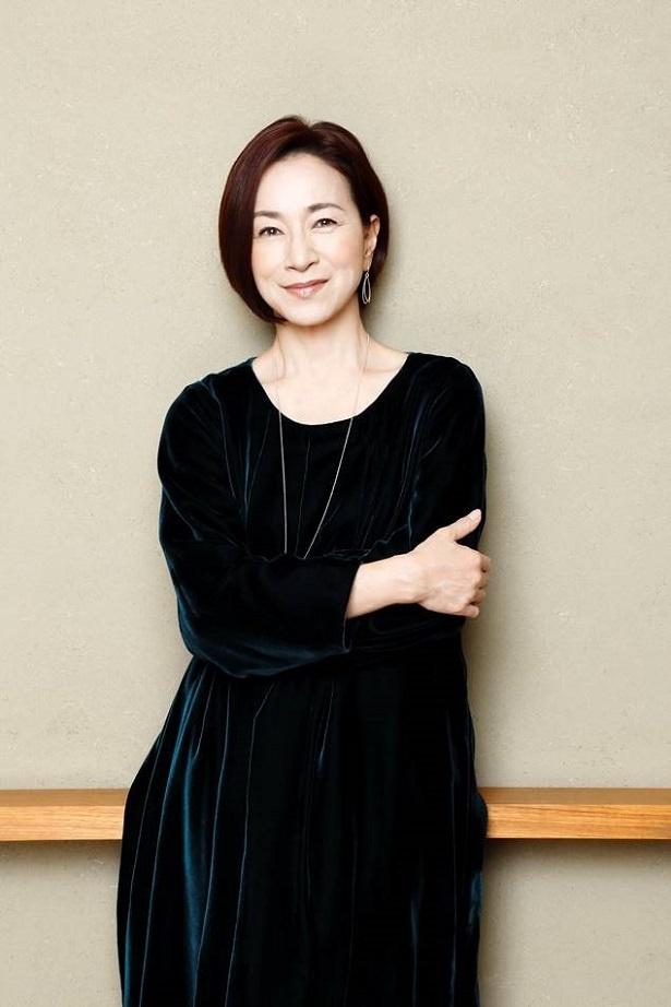 黒い服を着た原田美枝子