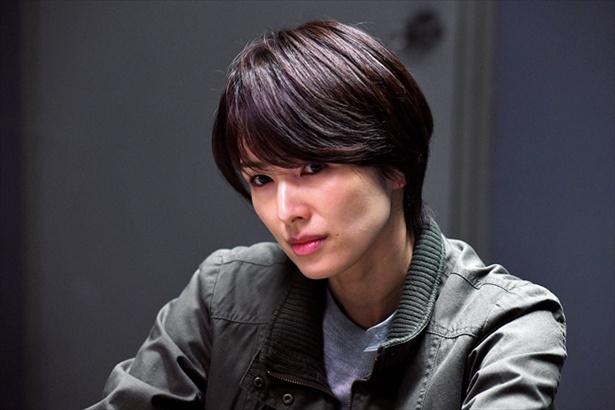 健人とともに事件解決にあたる刑事・桜井美咲(吉瀬美智子)。強気でクール、事件解決への思いは強い