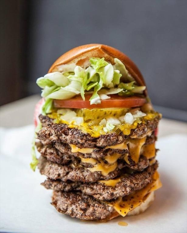 【写真を見る】最大のハンバーガーメニューはパティを6枚重ね!「USキングバーガー」(2560円)