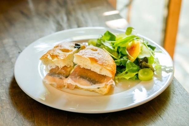 「黒オリーブのフォカッチャサンド」(750円)は、焼きナスや生ハム、クリームチーズが入る。野菜本来の味わいが楽しめる一品