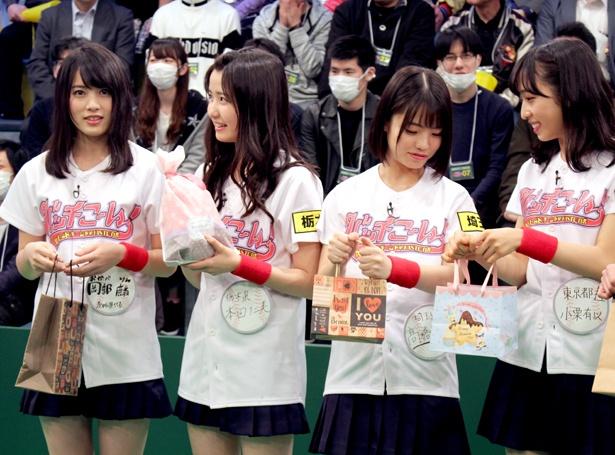 【写真を見る】AKB48メンバーがプレゼントを手に鈴木拓の出待ち…?