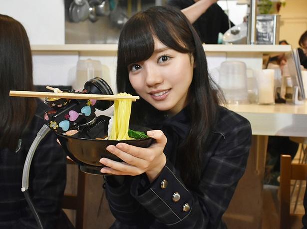 通称きょんこ推しカメラを手に笑顔を見せる齊藤京子