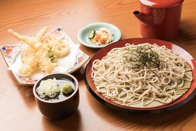 蕎麦 龍の「天ぷらざる蕎麦」(1,200円)。エビ2尾と野菜の盛合せが付く