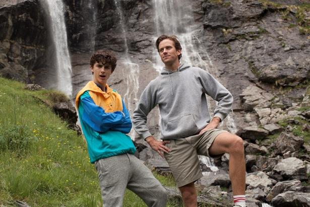 滝の前で仲睦まじげな2ショット!