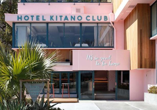ホテル北野クラブの入り口。まるでお菓子のようなピンクの建物が、これからの楽しい時間を予感させてくれる