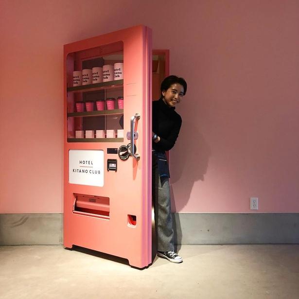 館内にはフォトジェニックなスポットがいっぱい。自販機を模したドアの向こうは、秘密の個室になっている