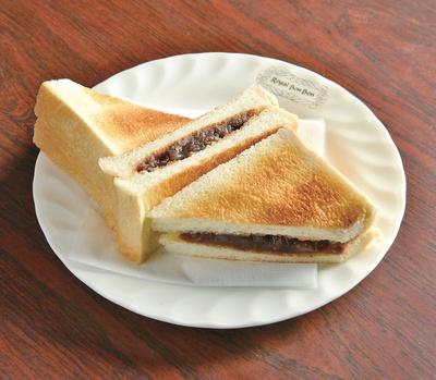 【写真を見る】アントースト(400円)。トーストにあんがサンドしてあり、サクッとした食感の後にあんのなめらかな食感が楽しめる。甘さ控えめでいくつでも食べられそう