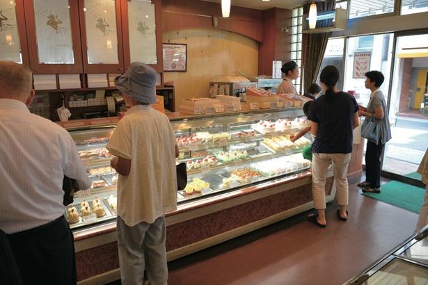 テイクアウトできる洋菓子コーナーが隣接。人気のマロン(270円)など、いずれもリーズナブルな価格で土産にもぴったり / 洋菓子・喫茶ボンボン