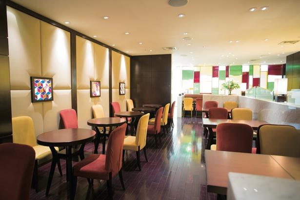 トーンダウンされた照明でゆったり空間の店内は、高級ホテルのロビーを連想させる / キハチカフェ 名鉄百貨店 本店