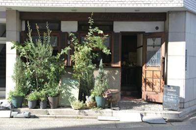 大通りから一歩入ったところにある、隠れ家的な店舗 / コーヒーハウス かこ 花車本店
