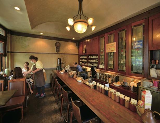 自然の温もりを感じられる店内。太陽の光がステンド グラスを通り店内を彩る / コーヒーハウス かこ 花車本店