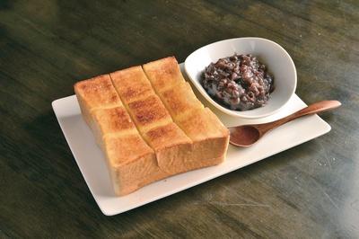 小倉トースト(390円) 。きめ細かく、しっとりした食感の厚切り専用パンとあんがセットに。絶妙なバランスを楽しもう / 甘味処 なみこし茶家
