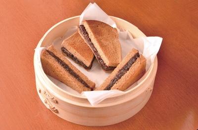 小倉バタートーストサント(550円)。黒糖パンにあんを挟み焼きあげた、香ばしい風味が感 じられる小倉トースト / べら珈琲 栄店