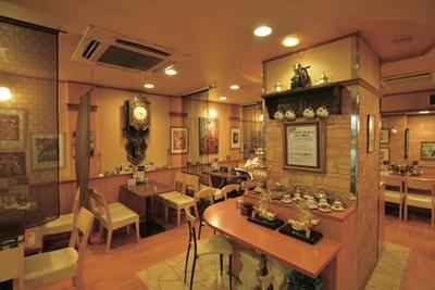 絵画や掛け時計が飾られた店内。カウンターもあり、1人でも気軽に利用できる / べら珈琲 栄店