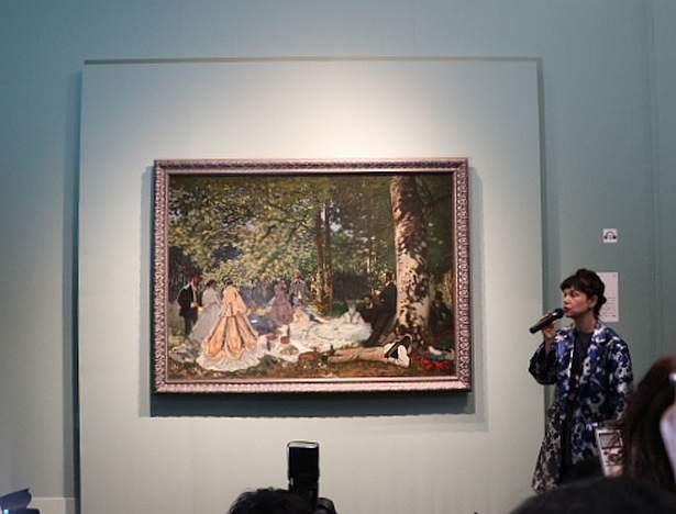 クロード・モネ「草上の昼食」について解説するモスクワ・プーシキン美術館のマリーナ・ロシャク館長