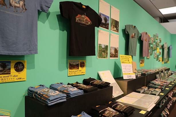 併設されたショップには、本展をモチーフにしたTシャツなどが並ぶ