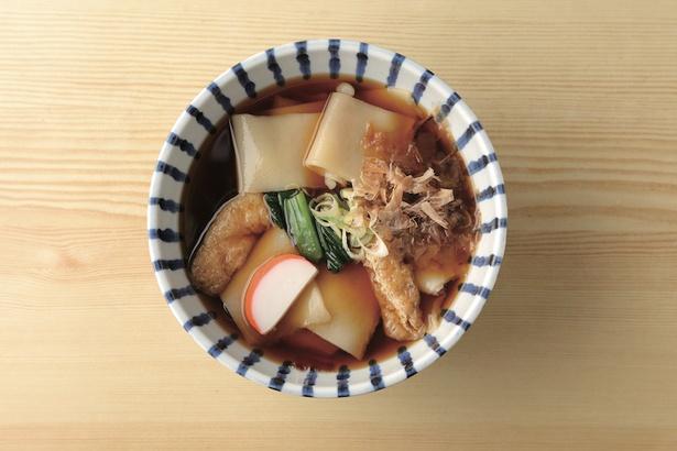 芳乃家のきしめん(500円)。湯気が立つ丼から、溜まり醤油やムロといったブシ系が香る。思わず目を疑うほどの幅広麺だ / 芳乃家