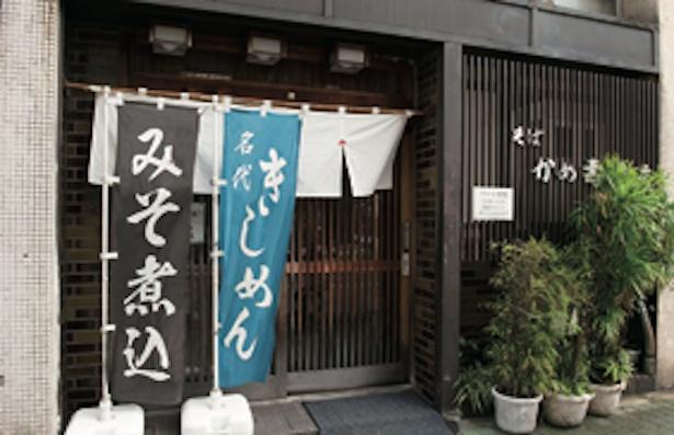 創業より栄で営業。1階はテーブル席が中心 / かめ壽本店