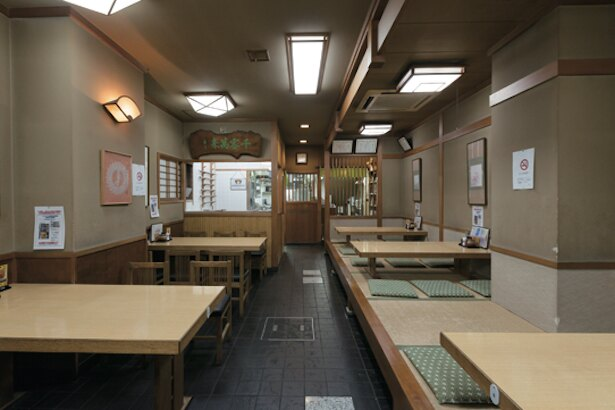 テーブルと座敷の2種類。奥には製麺所もある / 手打麺舗丸一