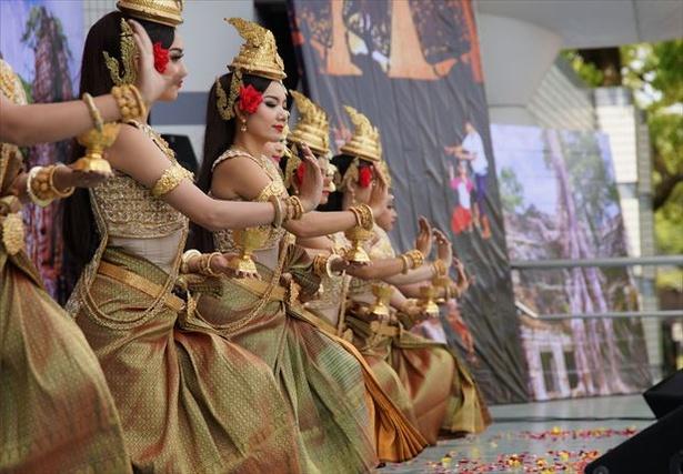 カンボジアフェスティバルではきらびやかな民族衣装にくぎづけ