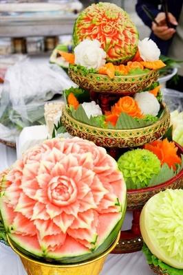 野菜や果物に草花などの模様 を彫刻するタイカービング