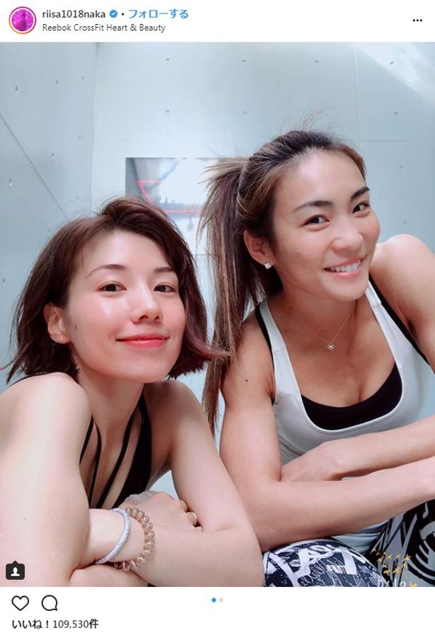 【写真を見る】肌つやつやの仲里依紗はカリスマクロスフィットトレーナーAYAの下でトレーニング