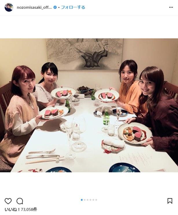 【写真を見る】佐々木希、夏菜、中川翔子、徳永えりがローストビーフに笑顔