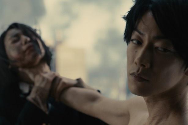 佐藤健が欲望のままに暴走する殺人鬼役を怪演する