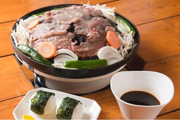 2か月間寝かせて作る醤油ベースのあっさりとしたオリジナルのタレは、生マトン肉との相性が抜群。「ジンギスカン」(1450円)