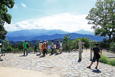 高尾山山頂の大見晴園地では、天気に恵ま れれば丹沢の山々や富士山などが見られる