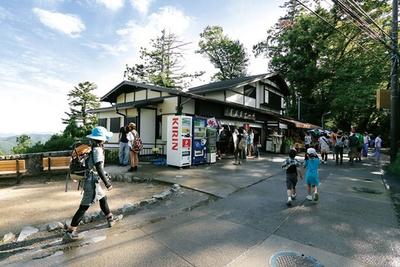 定番の1号路(表参道コース)は、家族やカップルに人気。観光スポットを楽しみながら山頂を目指せる