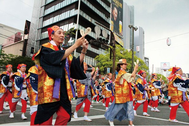 博多の初夏を盛り上げる陽気なパレードを楽しもう