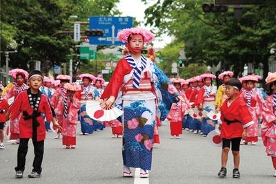 【写真を見る】鮮やかな衣装を身にまとった参加者たちにも注目