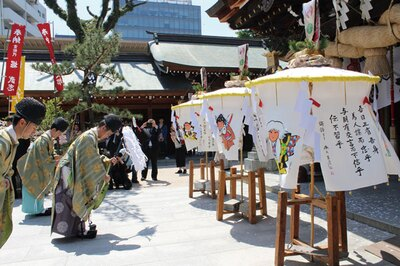 伝統の博多松ばやしは、神社での奉納後に官公庁や企業などを祝い巡る