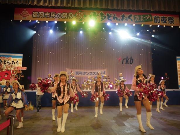 「前夜祭」では、博多松ばやし入場セレモニーや稚児舞の奉上、どんたく隊演技、歌謡ショーなどが行われる