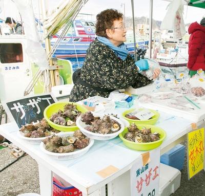 名島近辺で漁をする葉山の「宮木丸」。葉山産サザエ一山(1,000円)やナマコ一山(400円・各々、値段は季節や水揚げ量によって変わる)などが並ぶ