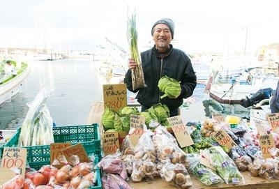 【写真を見る】「昭和天皇の頃から御用邸にも野菜を卸しています」という葉山の老舗「八百藤」。三浦産の新鮮な農作物を販売