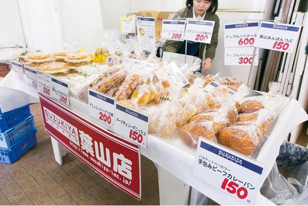 葉山ローカルのスーパー「SUZUKIYA」もパンや惣菜、お弁当を販売している。会場で朝ごはん代わりに食べている人もみかける