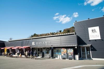 逗葉新道の葉山出口を出てすぐの立地。駐車場も完備されていて、車での訪問が便利