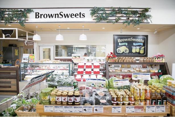 人気の菓子店「Brown Sweets」ではケーキや焼き菓子などを種類豊富に揃える。今はここでしか買えないので目当てに来るお客さんも多い