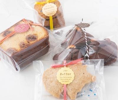 手作りで体に優しい焼き菓子が評判の高い「betts&bara」の「バターケーキ」(400円、写真左)や「チョコマドレーヌ」(480円、写真右・3個入り)