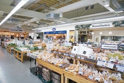 スーパー「SUZUKIYA」では、パンやお弁当・惣菜類に加えて牛乳や納豆、ティッシュペーパーなど日用品がそろう