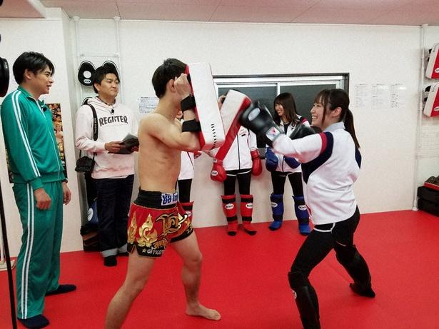キックボクシングに挑戦する高柳明音(右)