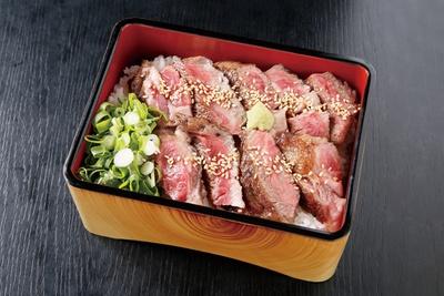 道の駅 旭志の「上ロース重セット」1980円。リブロースを使用した、旨味たっぷりの旭志牛上ロース重。程よくレアで肉汁も豊富。タレもさっぱり、ワサビで