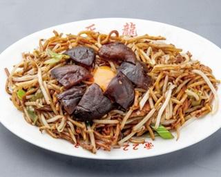 「天龍」の「しいたけやきそば」(850円・1日限定40食)。シイタケと卵を最初に混ぜ、麺に絡めて食べる