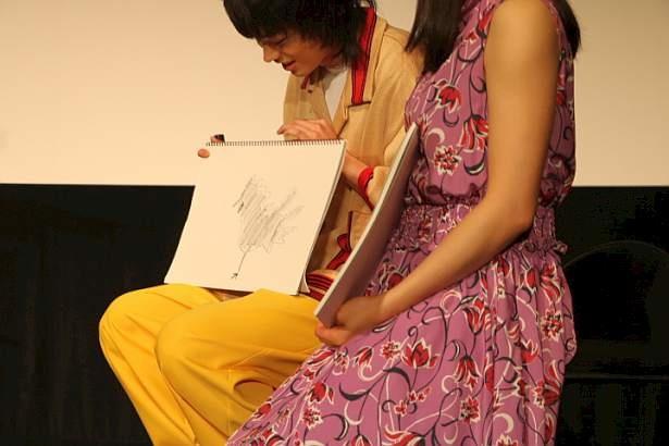 絵心対決でニワトリを描いた菅田と土屋