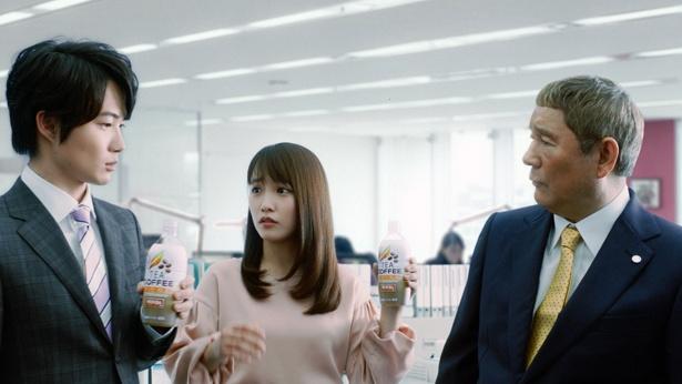 【写真を見る】川栄李奈が神木隆之介に「どっちやねん!」と強めのツッコミ